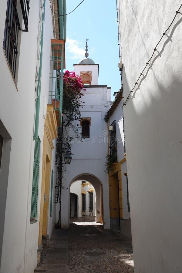 Μικρή οδός στην πόλη της Κόρδοβα, Ισπανία στοκ φωτογραφία με δικαίωμα ελεύθερης χρήσης