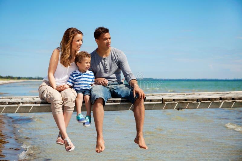 Μικρή οικογένεια τριών από την παραλία στοκ φωτογραφίες