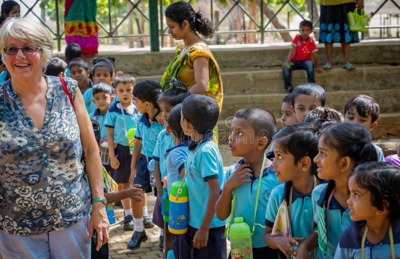 Μικρή ομάδα νέων παιδιών σχολείου που κοιτάζουν επίμονα στο καυκάσιο λευκό θηλυκό στοκ φωτογραφίες