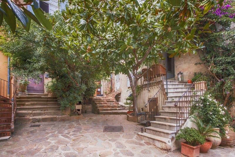 Μικρή οδός σε Άγιο Tropez, Γαλλία στοκ φωτογραφίες με δικαίωμα ελεύθερης χρήσης