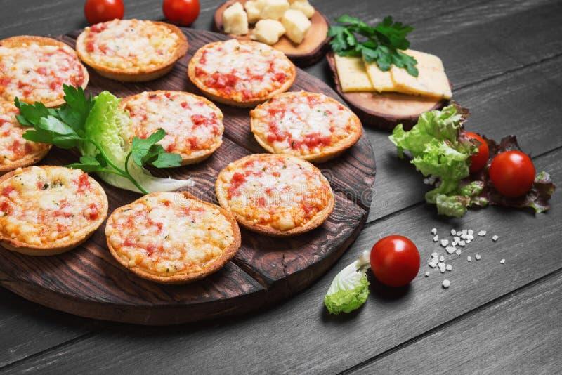 Μικρή πίτσα με το τυρί μοτσαρελών στοκ φωτογραφίες