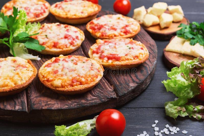 Μικρή πίτσα με το τυρί μοτσαρελών στοκ εικόνες με δικαίωμα ελεύθερης χρήσης