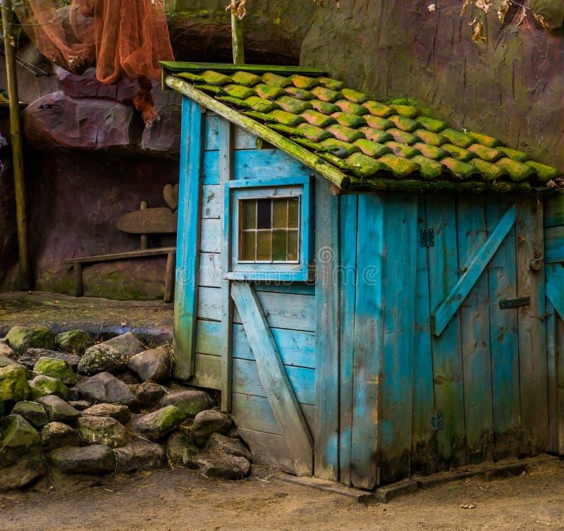 Μικρή παλαιά ξεπερασμένη καμπίνα, άγριο δυτικό ντεκόρ, αρχιτεκτονική κήπων στοκ εικόνες με δικαίωμα ελεύθερης χρήσης