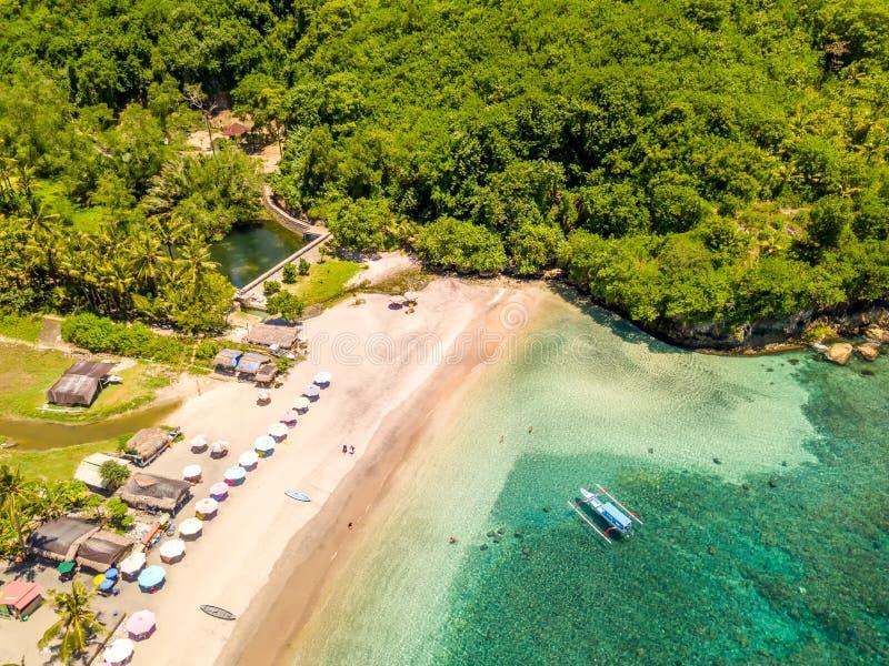 Μικρή παραλία σε ένα τροπικό νησί εναέρια όψη στοκ φωτογραφία