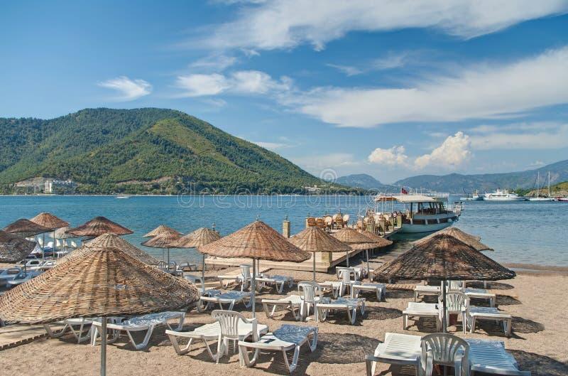 Μικρή παραλία με τις ομπρέλες και sunbeds στοκ εικόνες