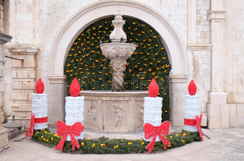 Μικρή πηγή Onofrio που διακοσμείται με τα στεφάνια και τα κεριά εμφάνισης σε Dubrovnik στοκ εικόνες