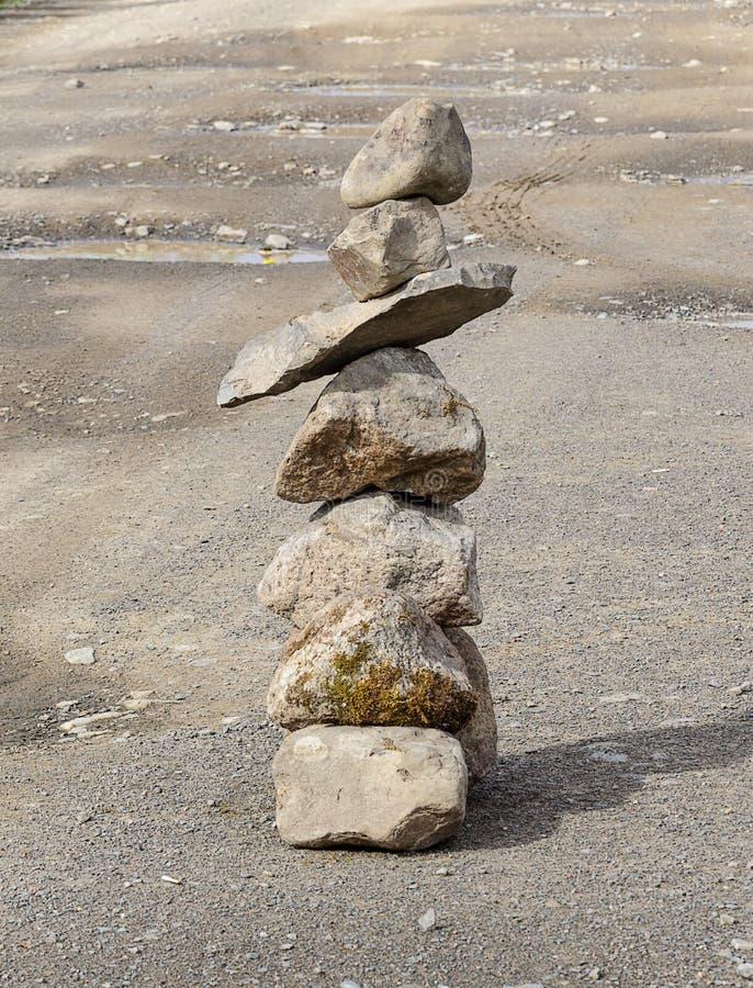 Download Μικρή πυραμίδα των τραχιών πετρών στο δρόμο Στοκ Εικόνα - εικόνα από κορυφή, δρόμος: 62705965