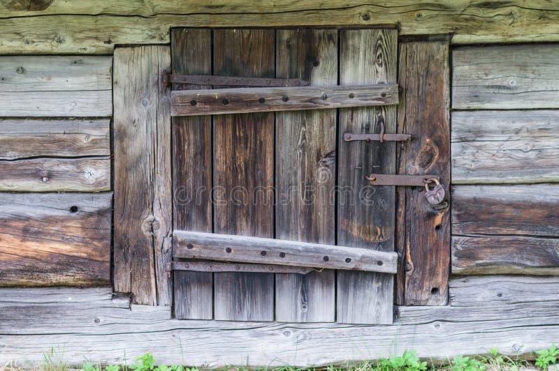 Μικρή πόρτα στην ξύλινη καμπίνα κούτσουρων στοκ φωτογραφία με δικαίωμα ελεύθερης χρήσης