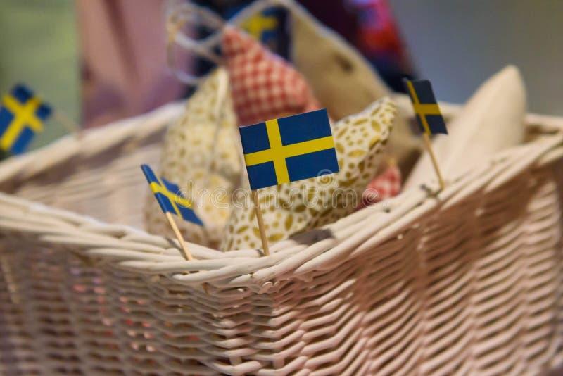 Μικρή σουηδική σημαία, φιαγμένη από έγγραφο Φιλανθρωπία Bazaar Χριστουγέννων, που οργανώνεται από τη λέσχη των διεθνών γυναικών τ στοκ εικόνα με δικαίωμα ελεύθερης χρήσης