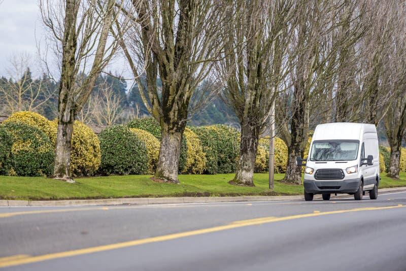 Μικρή συμπαγής εμπορική οδήγηση φορτηγών μεταφορών μίνι στον ευθύ τοπικό δρόμο στοκ εικόνες με δικαίωμα ελεύθερης χρήσης
