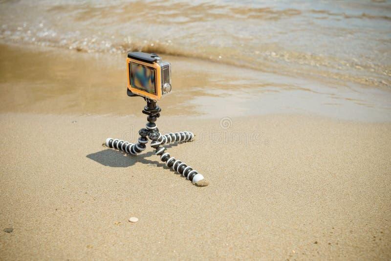 Μικρή σύγχρονη κάμερα δράσης, η κάμερα δράσης καταργεί την προβολή της θάλασσας Κάμερα δράσης τοποθετημένη σε τρίποδο σε ωκεανό κ στοκ φωτογραφίες