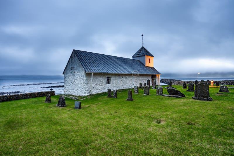 Μικρή του χωριού εκκλησία με το νεκροταφείο σε Kirkjubour, Νησιά Φερόες, στοκ εικόνα