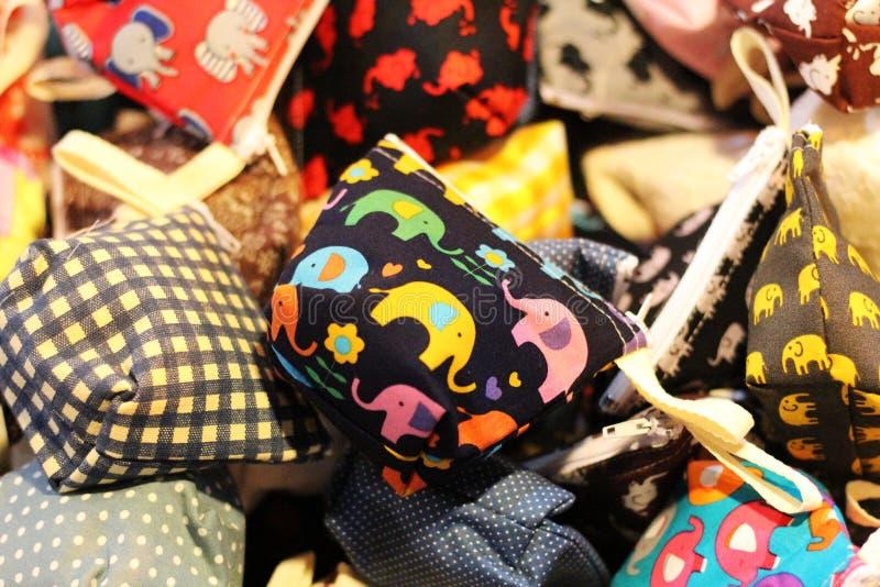 Μικρή τσάντα με το χαριτωμένο σχέδιο Ζωηρόχρωμος και καλός, για τα νομίσματα στοκ φωτογραφίες με δικαίωμα ελεύθερης χρήσης