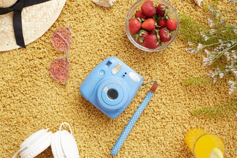 Μικρή φωτογραφική κάμερα για τις στιγμιαίες εικόνες στοκ φωτογραφίες