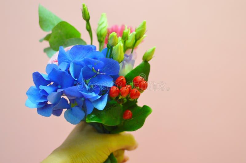 Μικρή όμορφη ανθοδέσμη των λουλουδιών για το μικρό κορίτσι στοκ φωτογραφία