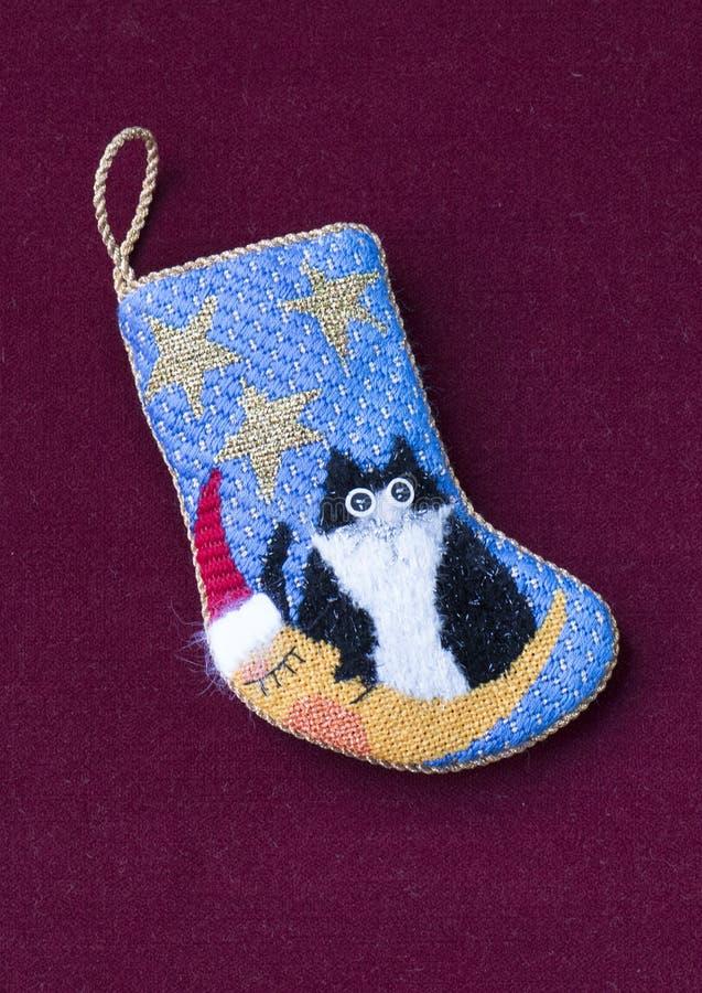 Μικρή needlepoint γυναικεία κάλτσα Χριστουγέννων με τη γάτα στοκ εικόνα
