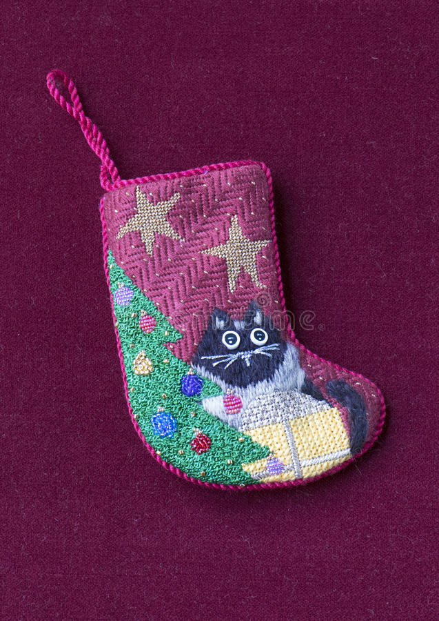 Μικρή needlepoint γυναικεία κάλτσα Χριστουγέννων με τη γάτα στοκ εικόνες