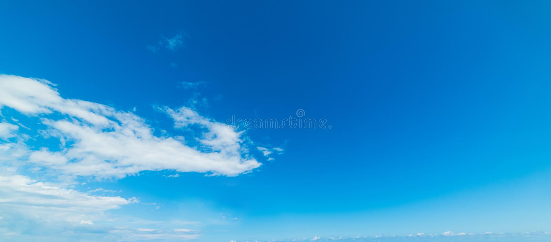 Μικροί σύννεφα και μπλε ουρανός στοκ εικόνα με δικαίωμα ελεύθερης χρήσης