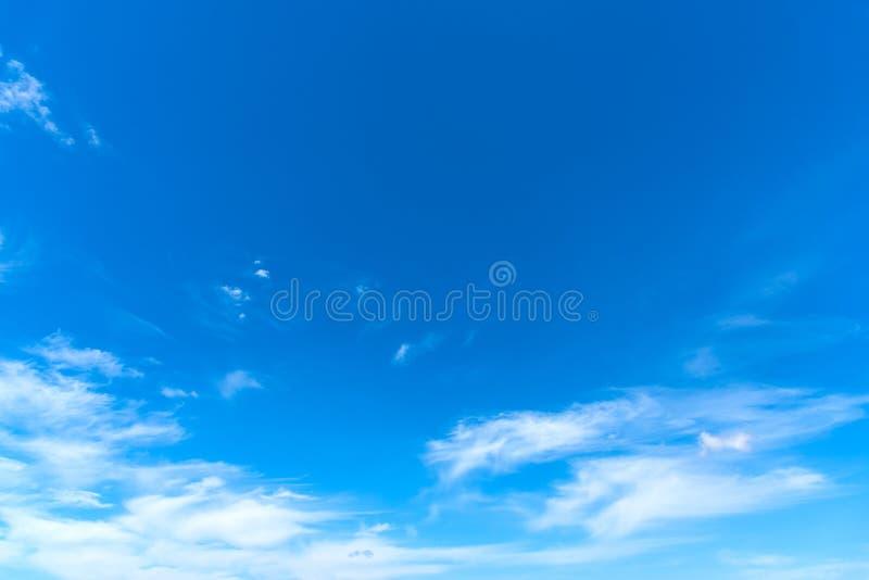 Μικροί σύννεφα και μπλε ουρανός την άνοιξη στοκ εικόνα