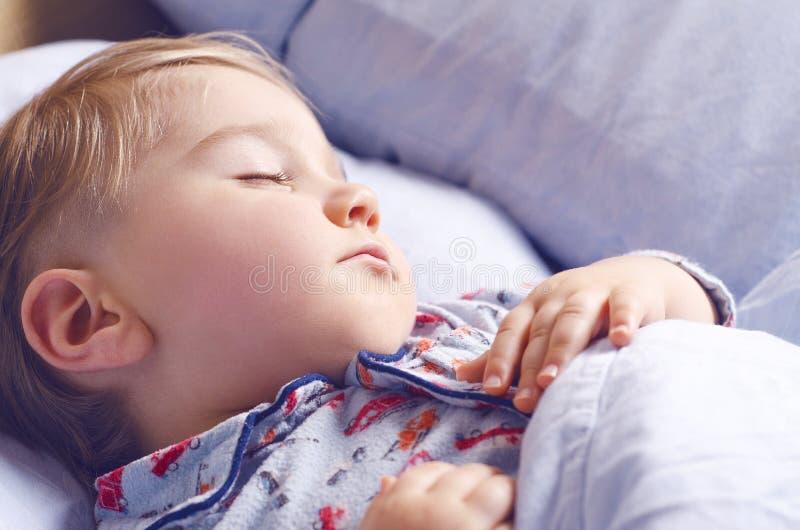 Μικροί ύπνοι παιδιών στοκ εικόνες