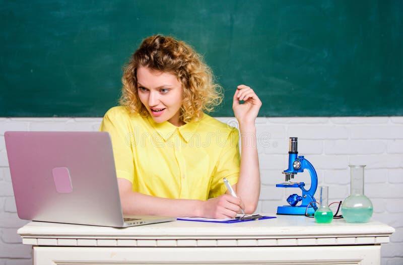 Μικροβιολογία μελέτης Ερευνήστε τις μοριακές τροποποιήσεις Επιστημονική έρευνα Έννοια μικροβιολογίας Κορίτσι σπουδαστών με στοκ εικόνες