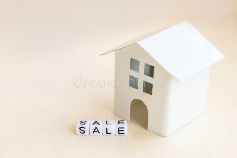 Μικρογραφία μοντέλου παιχνιδιού με επιγραφή SALE με γράμματα σε ξύλινο φόντο Eco Χωριό, αφηρημένο περιβάλλον στοκ φωτογραφίες