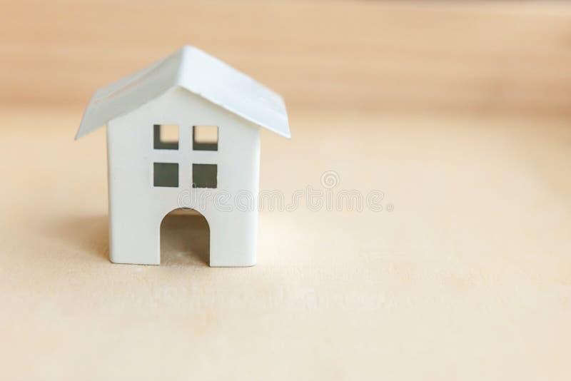 Μικρογραφία μοντέλων παιχνιδιών σε ξύλινο φόντο Οικολογικό Χωριό Ακίνητα στοκ φωτογραφίες με δικαίωμα ελεύθερης χρήσης
