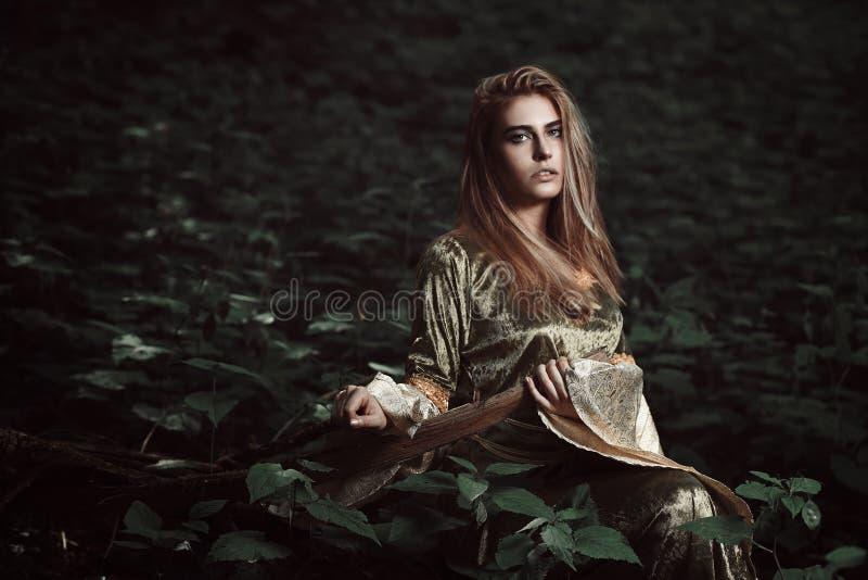 Μικροκαμωμένο κορίτσι στο μαγικό δάσος στοκ εικόνα