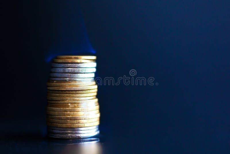 Μικροπράγμα καψίματος σε ένα σκοτεινό κλίμα, εγκαύματα χρημάτων με μια μπλε κινηματογράφηση σε πρώτο πλάνο φλογών στοκ φωτογραφία