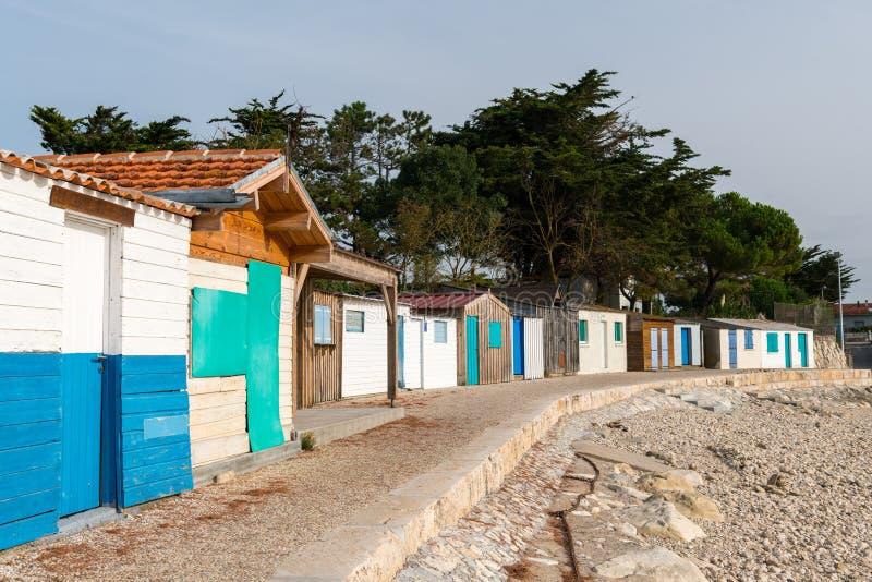 Μικροσκοπικά ζωηρόχρωμα σπίτια φιαγμένα από ξύλο στην παραλία στοκ εικόνα