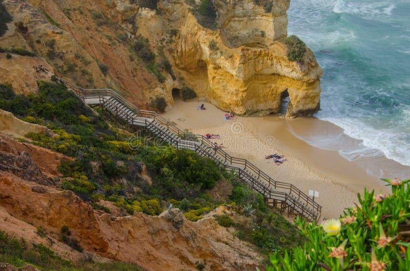 Μικροσκοπική αμμώδης Praia do Camilo παραλία κοντά στο Λάγκος, Πορτογαλία στοκ φωτογραφίες