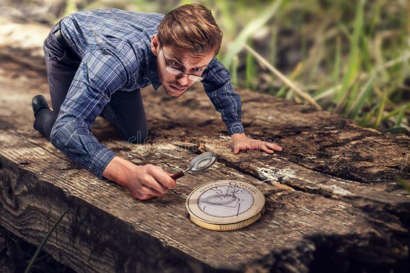 Μικροσκοπική ανακάλυψη ατόμων ένα μεγάλο ευρο- νόμισμα στοκ φωτογραφίες