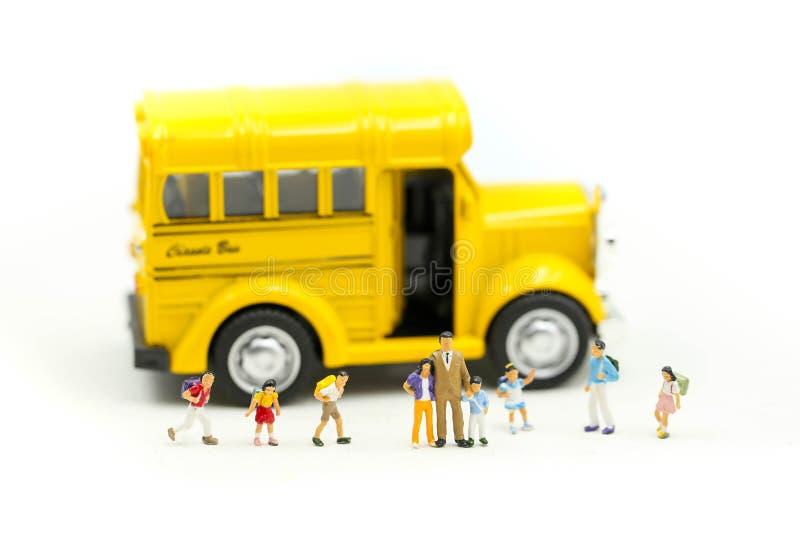 Μικροσκοπικοί άνθρωποι: δάσκαλος και σπουδαστής με τα ζωηρόχρωμα εργαλεία σχεδίων και στάσιμος του σχολικού λεωφορείου, έννοια εκ στοκ εικόνες