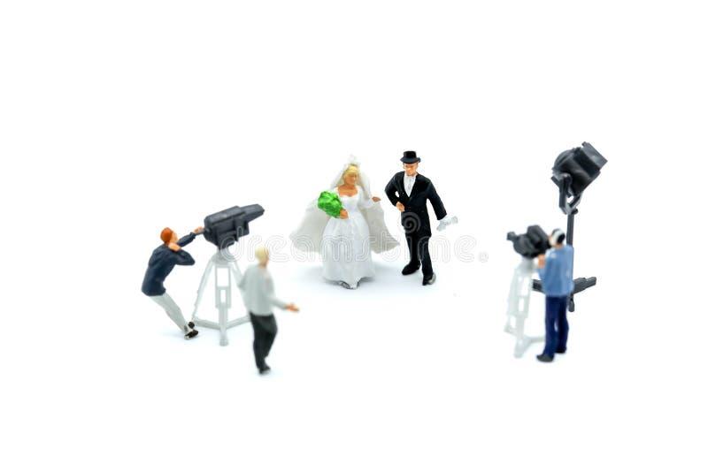 Μικροσκοπικοί άνθρωποι: δημοσιογράφοι, καμεραμάν, Videographer στην εργασία στοκ εικόνα