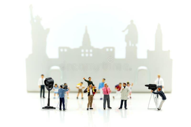Μικροσκοπικοί άνθρωποι: δημοσιογράφοι, καμεραμάν, Videographer στο wo στοκ φωτογραφία με δικαίωμα ελεύθερης χρήσης