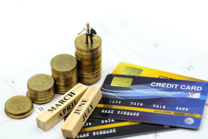 Μικροσκοπικοί άνθρωποι: επιχειρηματίας με τα νομίσματα πιστωτικών καρτών και σωρών, την υποχρέωση, τη συμφωνία, την επένδυση, την στοκ εικόνα