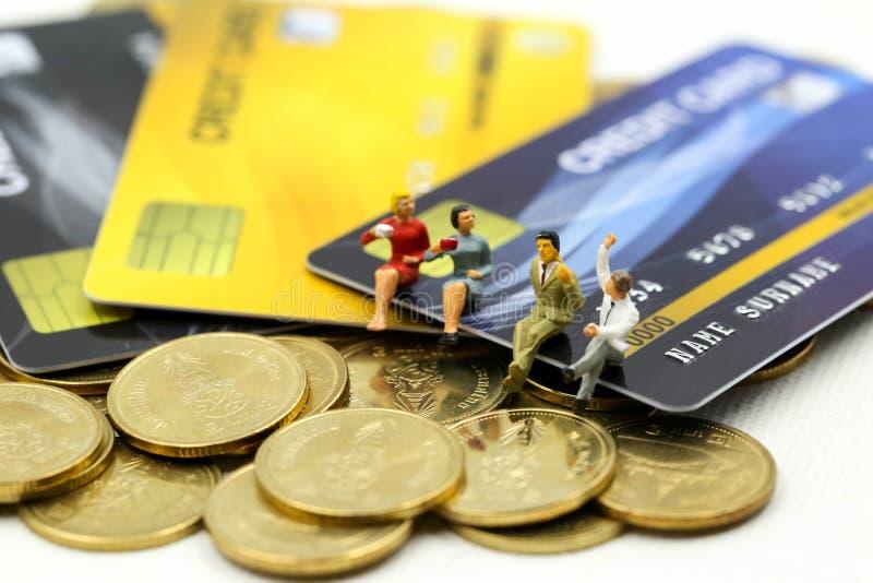 Μικροσκοπικοί άνθρωποι: επιχειρηματίας με τα νομίσματα πιστωτικών καρτών και σωρών, την υποχρέωση, τη συμφωνία, την επένδυση, την στοκ φωτογραφίες