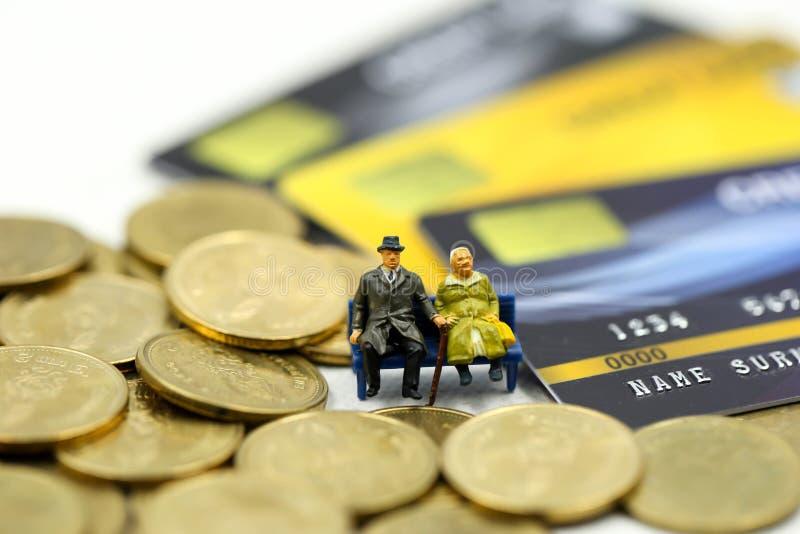 Μικροσκοπικοί άνθρωποι: επιχειρηματίας με τα νομίσματα πιστωτικών καρτών και σωρών, την υποχρέωση, τη συμφωνία, την επένδυση, την στοκ φωτογραφία με δικαίωμα ελεύθερης χρήσης