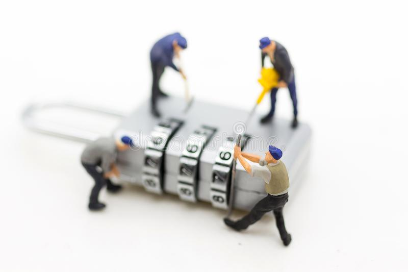 Μικροσκοπικοί άνθρωποι, εργαζόμενος και κλειδί ασφάλειας που χρησιμοποιούν ως σύστημα ασφαλείας υποβάθρου, αμυχή, επιχειρησιακή έ στοκ φωτογραφία με δικαίωμα ελεύθερης χρήσης