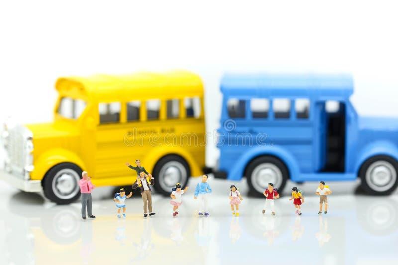Μικροσκοπικοί άνθρωποι: Μια ομάδα μικρών παιδιών που παίρνουν στο scho στοκ εικόνες