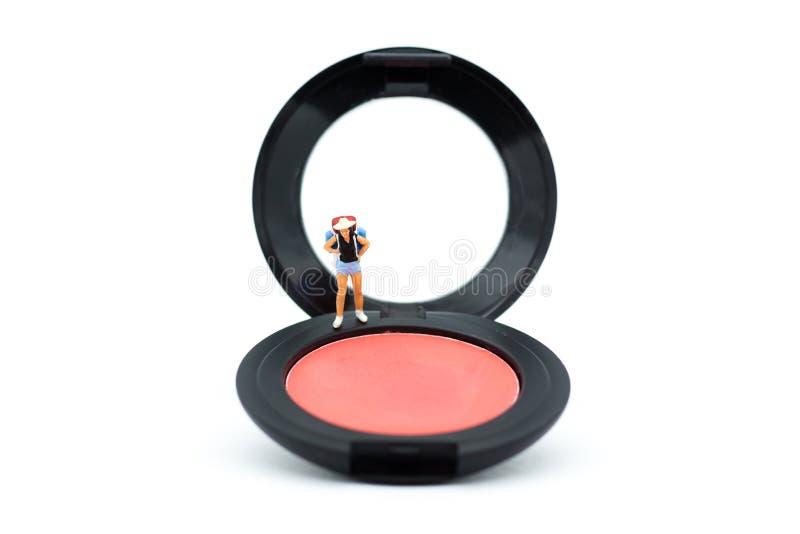 Μικροσκοπικοί άνθρωποι: Οι γυναίκες στέκονται σε μια βούρτσα στο μάγουλο για το makeup Im στοκ εικόνα με δικαίωμα ελεύθερης χρήσης