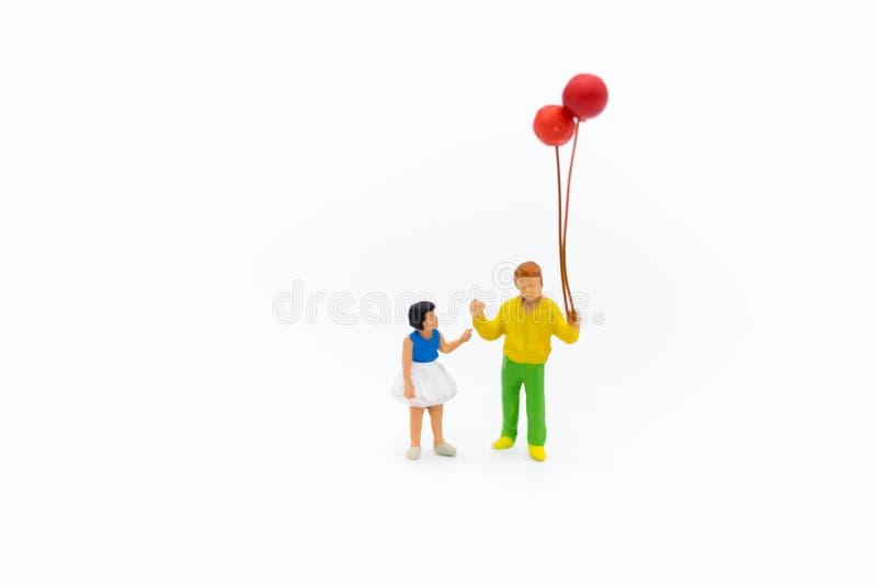 Μικροσκοπικοί άνθρωποι: Παιχνίδι αδελφών και αδελφών με τα μπαλόνια από κοινού Χρήση εικόνας για την οικογενειακή έννοια στοκ φωτογραφίες με δικαίωμα ελεύθερης χρήσης