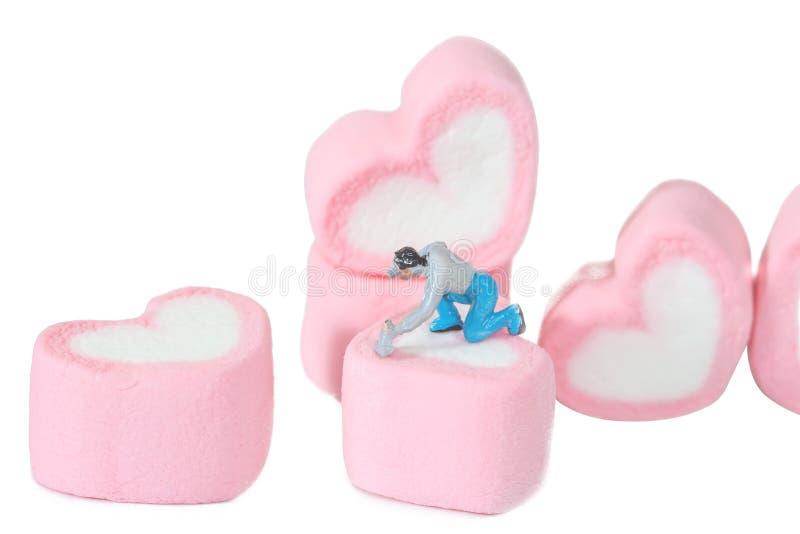 Μικροσκοπικοί άνθρωποι που εργάζονται με τις γλυκές marshmallow καραμέλες, στοκ εικόνα με δικαίωμα ελεύθερης χρήσης