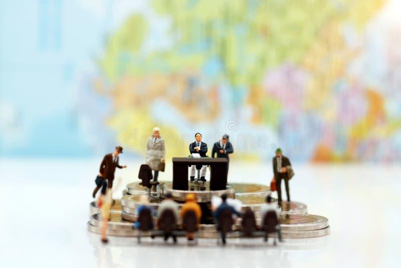 Μικροσκοπικοί άνθρωποι: Συνεδρίαση και αναμονή επιχειρησιακών προσώπων στοκ φωτογραφίες