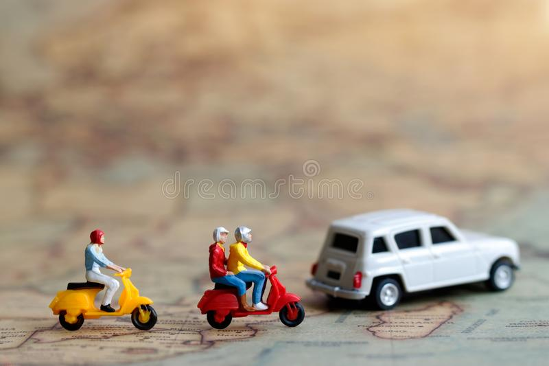 Μικροσκοπικοί άνθρωποι: Ταξιδιώτης που οδηγά μια μοτοσικλέτα στο χάρτη με το αυτοκίνητο, στοκ φωτογραφία