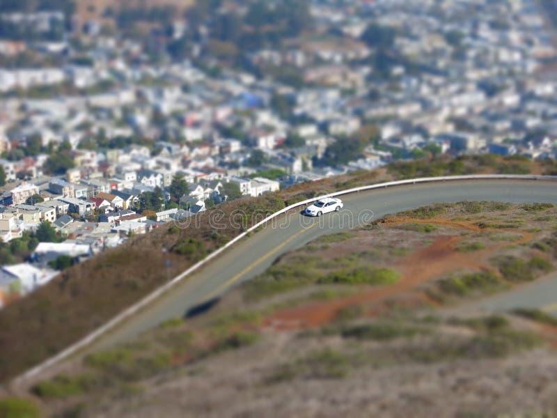 Μικροσκοπικός δρόμος επίδρασης αυτοκινήτων επάνω από τα σπίτια στοκ εικόνες