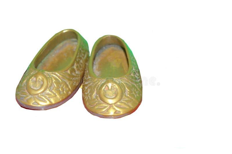 Μικροσκοπικό αναδρομικό εκλεκτής ποιότητας ασιατικό ζευγάρι ορείχαλκου των παπουτσιών στοκ φωτογραφία με δικαίωμα ελεύθερης χρήσης