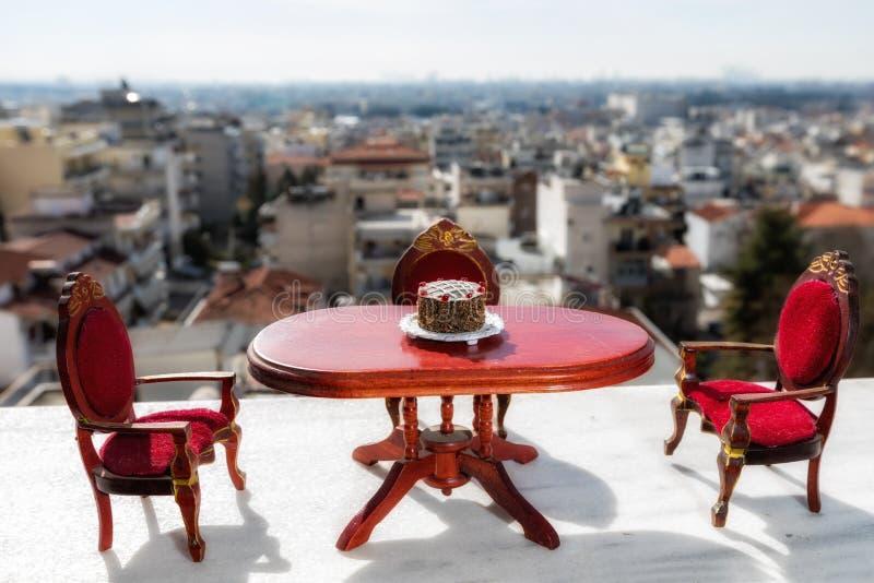 μικροσκοπικό κλασσικό να δειπνήσει σε ένα μαρμάρινο πάτωμα στοκ φωτογραφία με δικαίωμα ελεύθερης χρήσης