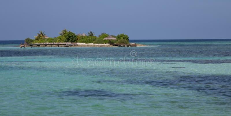 Μικροσκοπικό νησάκι στα τυρκουάζ νερά των Μαλδίβες στοκ εικόνα