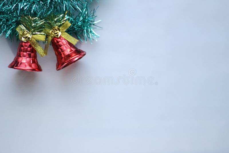 Μικροσκοπικό ξύλινο έλκηθρο που φέρνει ένα μικρό δώρο δίπλα σε ένα διακοσμητικό χριστουγεννιάτικο δέντρο φιαγμένο από ξύλο με ένα στοκ εικόνα με δικαίωμα ελεύθερης χρήσης